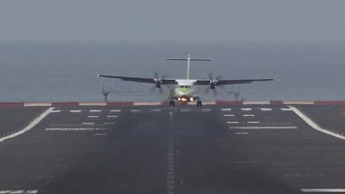 Flugzeug auf dem Weg zur Landung