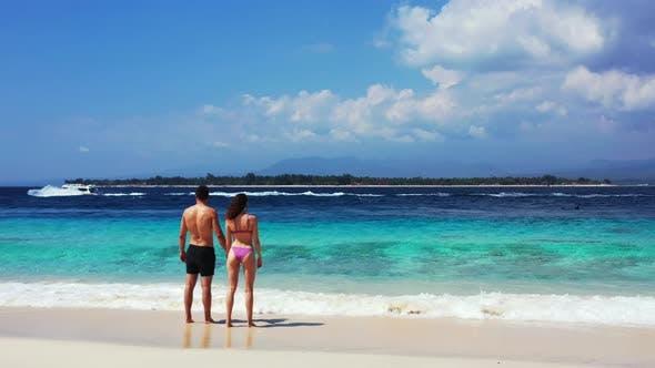 Thumbnail for Schöne Menschen nach der Ehe in der Liebe genießen das Leben am Strand auf weißem Sand
