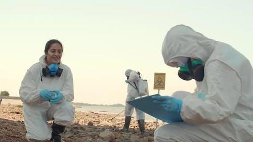 Biologen arbeiten in gefährlicher Zone
