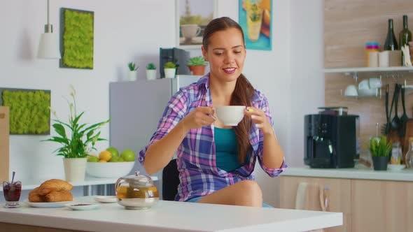 Aromatischen Tee trinken