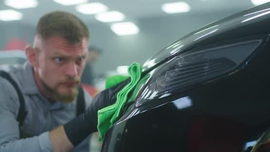 Männliche Techniker Waschen Auto Scheinwerfer