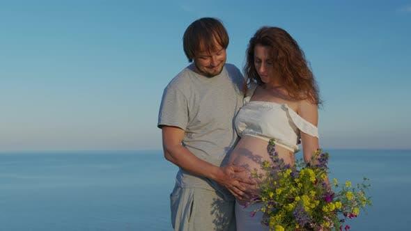 Thumbnail for Mama und Papa Hände auf schwangeren Bauch. Schwangere Paar streichelt schwangeren Bauch. Werdende Mutterpflege
