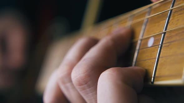Thumbnail for Profi-Gitarrist spielt Ballade auf brauner Akustikgitarre