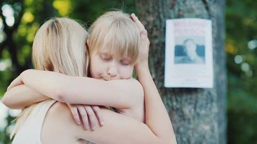 Frau umarmt das Kind vor dem Hintergrund eines Mannes fehlende Anzeigen