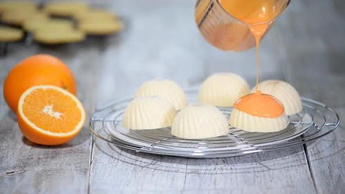 Verglasung Mousse Kuchen mit orangefarbenen Spiegelglasur