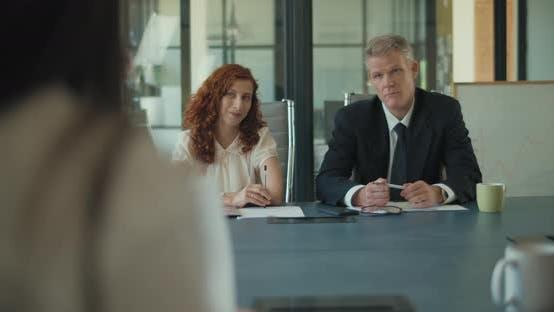 Thumbnail for Zwei Geschäftsleute diskutieren Projektideen mit ihren Kunden im Büro-Meetingraum