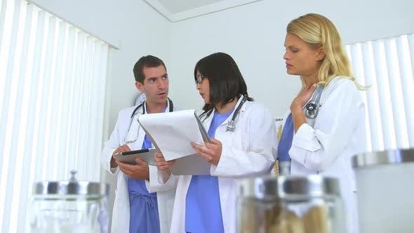 Thumbnail for Team von Ärzten, die den medizinischen Zustand des Patienten übergehen