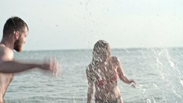 Thumbnail for Unbeschwerte Freunde spritzen in See