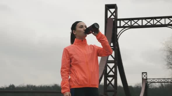 Thumbnail for Sportlerin ist Trinkwasser im Park