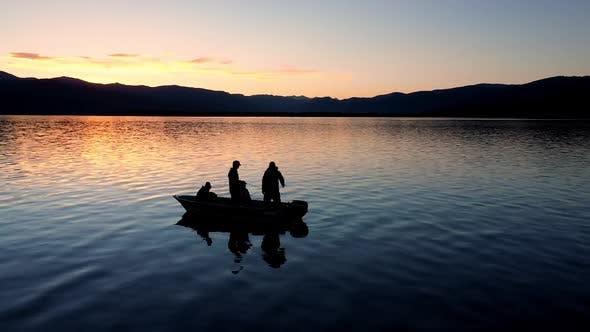Thumbnail for Boot schweben auf dem Wasser während bunten Sonnenuntergang