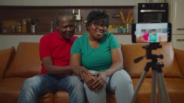 Thumbnail for Glückliches Seniorenpaar, das Video auf dem Handy