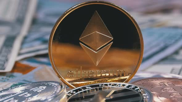 Thumbnail for Gold-Ethereum Münze, ETH und Dollarscheine rotieren