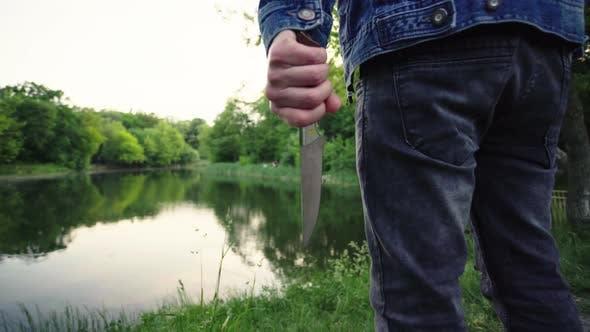 Maniac mit einem Messer in der Hand