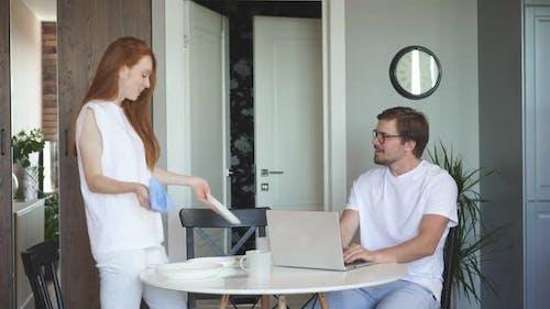 Rothaarige Frau ist empört darüber, dass ihr Mann viel arbeitet