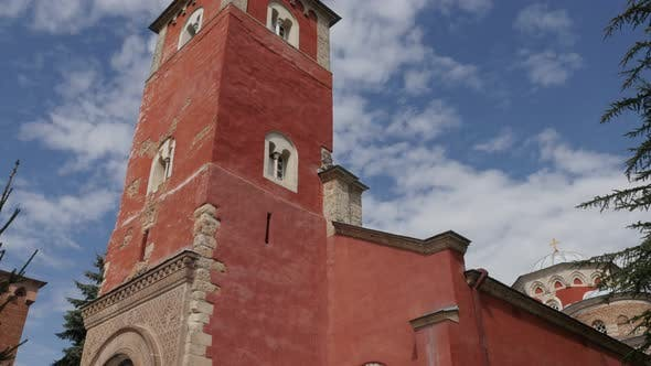 Roter Turm des Klosters Zica und blauer bewölkter Himmel 4K kippbare Aufnahmen