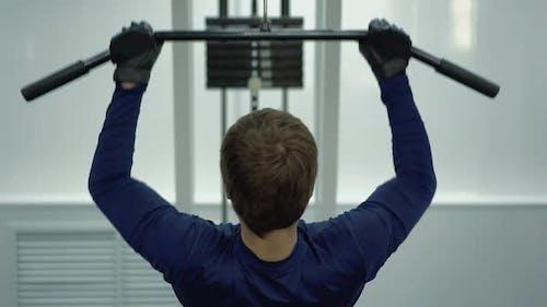 Der Mensch führt eine Übung durch, um die Rückenmuskulatur wiederherzustellen