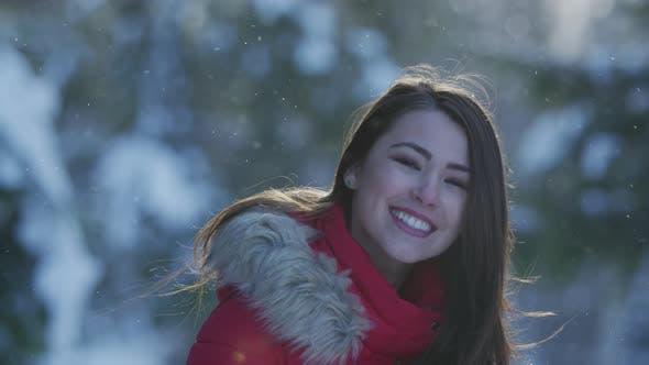 Glückliche Frau an einem Wintertag