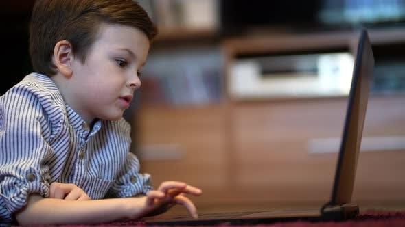 Baby Boy in blauem Hemd beobachten auf Tablet
