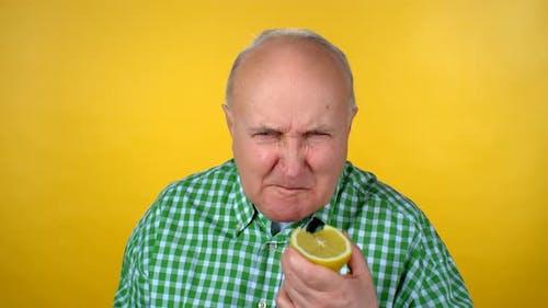 Senior Mann Essen Sauer Orange