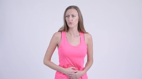 Thumbnail for Porträt von Stressed Blonde Frau mit Magen Schmerzen