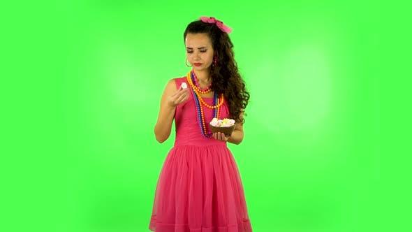 Thumbnail for Schöne Frau mit Vergnügen Essen Sweet White Marshmallow, es ist nicht lecker. Grüner Bildschirm
