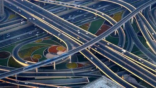 Moderne Stadtgebäude und Straßeninfrastruktur