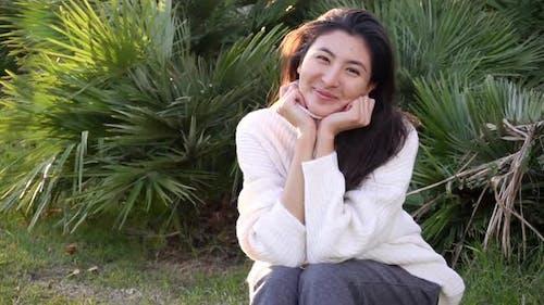 Jeune femme asiatique dans la ville visage portrait sourire heureux