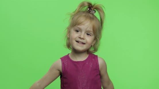 Mädchen hält Kamillenblüten und Schnüffeln. Happy Four Years Altes Mädchen. Chroma-Taste