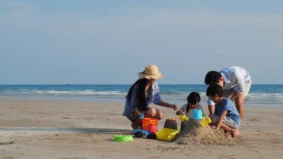 Familie spielt Sand am Strand