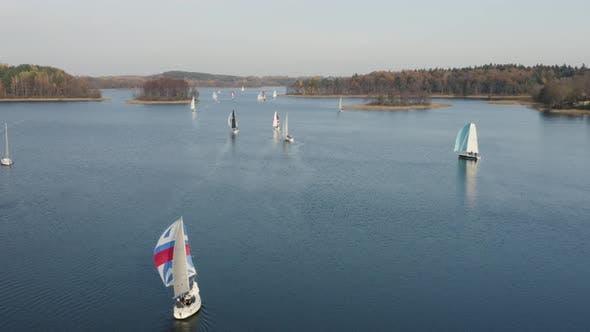 Thumbnail for Fliegen in Richtung Regatta. Segelboote jagen