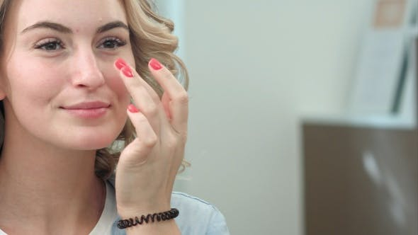 Thumbnail for Eine attraktive junge Frau in einem Salon überprüft ihre Haare