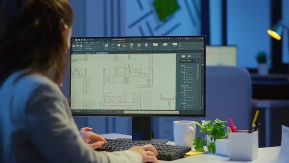 Thumbnail for Über die Schulter Aufnahme eines Ingenieurs, der mit Architekturplänen arbeitet