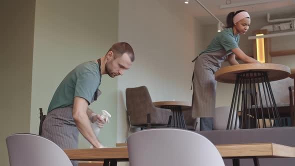 Tables de nettoyage du personnel d'attente