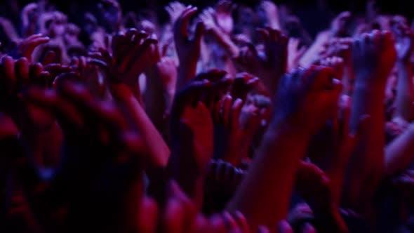 Tanzende Menge Hände V1