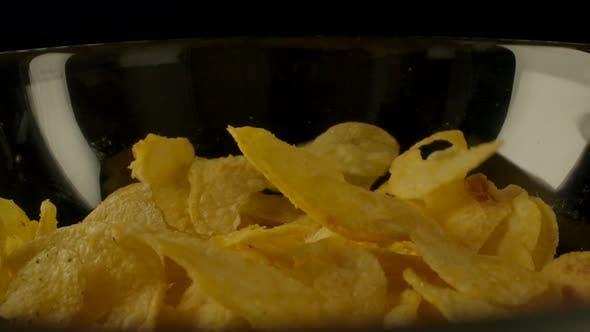 Kartoffelchips verschütten in Schüssel