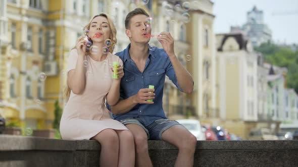 Thumbnail for Paar machen Seifenblasen küssen beobachten sie schwimmen, romantische Beziehung