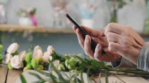 Blumenladen Scrollen Feed auf Smartphone
