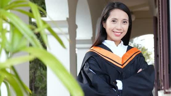 Thumbnail for Asiatische Frau erhalten Abschluss in Universität Campus