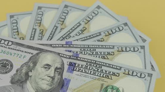 Cover Image for Hundert amerikanische Dollarscheine drehen. Nahaufnahme. Hintergrund mit Dollarscheine