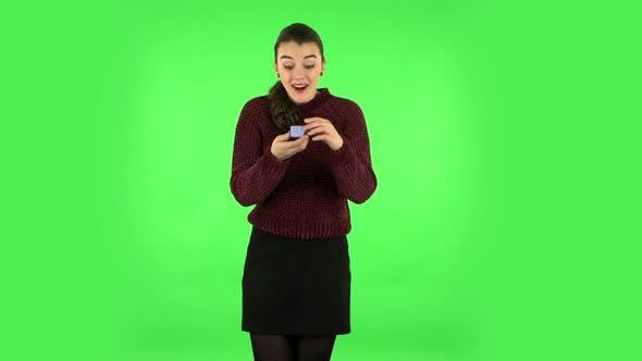 Thumbnail for Mädchen öffnet eine kleine Box mit einer Überraschung und ist sehr enttäuscht von dem, was sie sah. Grüner Bildschirm