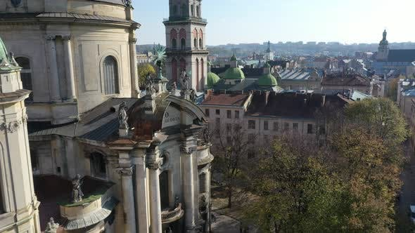 Thumbnail for LuftVideo der Dominikanischen Kirche im zentralen Teil der Altstadt von Lviv, Ukraine