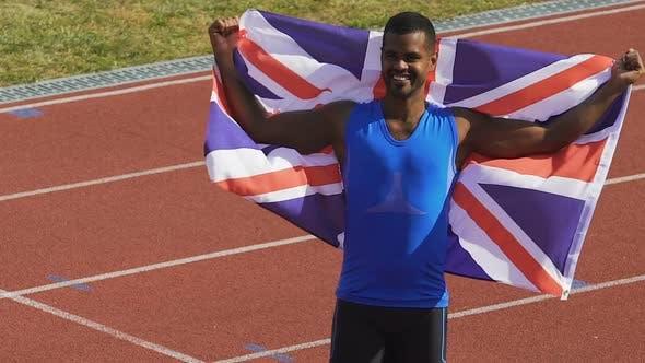 Thumbnail for Glücklicher Athlet hält Flagge seines Landes in Händen, Großbritannien ist stolz auf Sieger