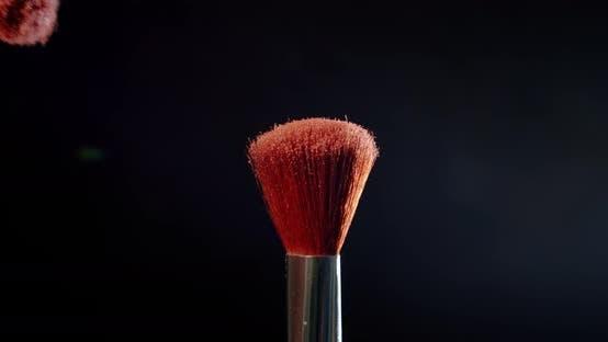 Thumbnail for Zwei Make-up-Pinsel mit Puder auf schwarzem Hintergrund Farbmalkonzept Zeitlupe.