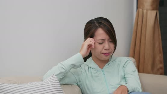 Cover Image for Woman feel headache at home