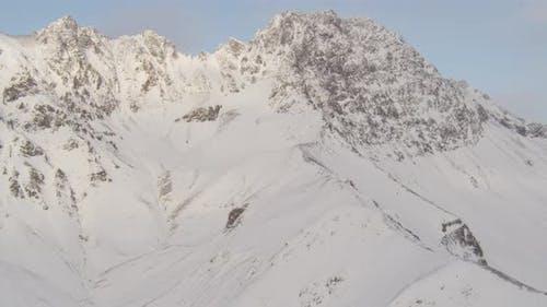 Luftbildhubschrauber, der entlang des Flusses Alaskan geschossen wird, Hügel im Hintergrund, Drohne aufnahmen