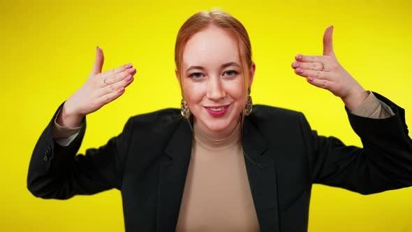 Sommersprossige Redhead Schlanke Frau mit grünen Augen schließen Augen mit lächelnden Händen