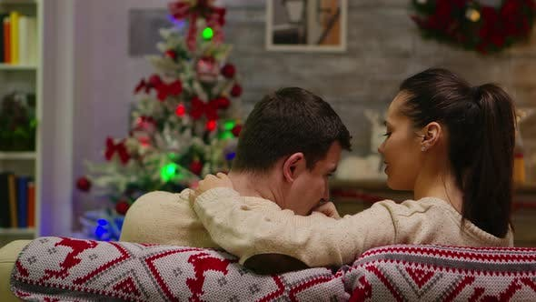 Thumbnail for Rückansicht des romantischen Mannes ruht seinen Kopf auf Freundin Schulter