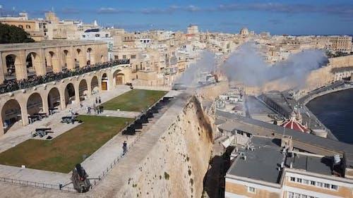 Kanonenfeuerung auf Saluting Batterie in Valletta, Malta