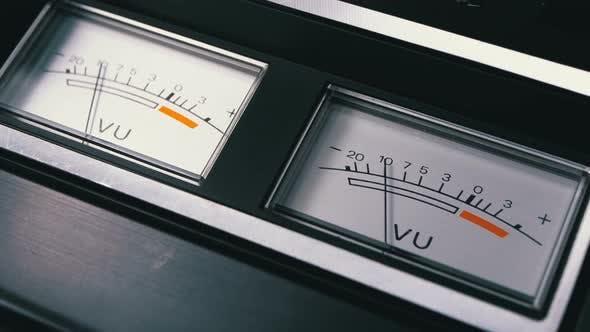 Thumbnail for Zwei alte analoge Dial-Vu-Signalanzeigen mit Pfeil