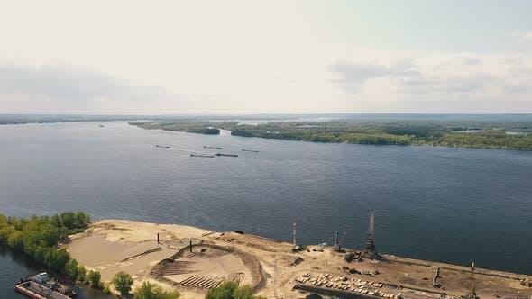 Bau Flusshafen, Blick Von einem Quadcopter. Baukrane und Ausrüstung steht auf der